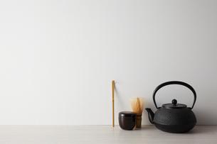 白い背景と茶道具の写真素材 [FYI01462617]
