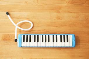 テーブルの上に置かれた鍵盤ハーモニカの写真素材 [FYI01462618]