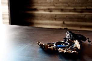 山小屋の中の机に置かれたカラビナが乗ったグローブの写真素材 [FYI01462624]
