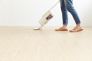 掃除機をかける人の足元の写真素材 [FYI01462625]