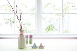 テーブルの上に置かれた折り紙の雛人形の写真素材 [FYI01462650]