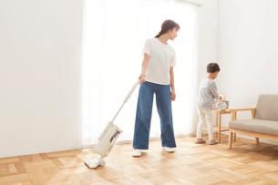 リビングの掃除をする親子の写真素材 [FYI01462666]
