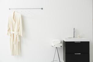 ハンガーにかけられたバスローブと洗面台の写真素材 [FYI01462670]
