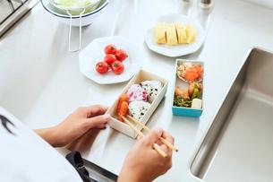 キッチンでお弁当を作る女性の手元の写真素材 [FYI01462682]
