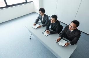オフィスで面接をしている3人の男性の写真素材 [FYI01462685]