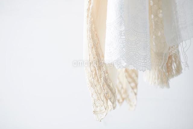 上から吊り下がった白い布の写真素材 [FYI01462695]