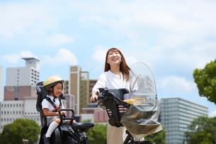 子供を自転車に乗せて出かける母親の写真素材 [FYI01462713]
