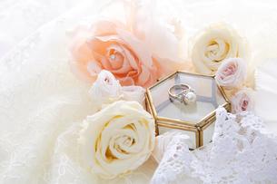 レースの上のケースとバラと指輪の写真素材 [FYI01462723]