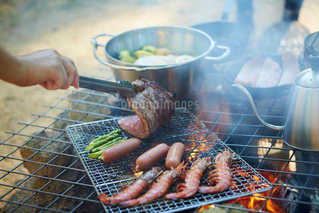 網の上で焼いている肉とエビの写真素材 [FYI01462724]