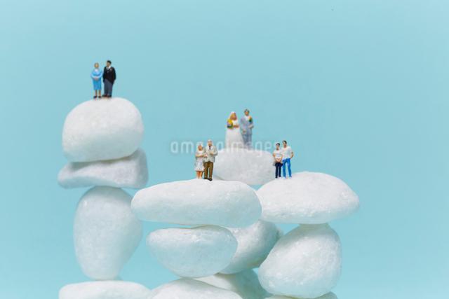 白い石の上の家族の写真素材 [FYI01462731]