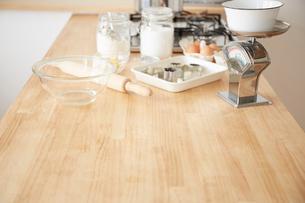 キッチンカウンター置かれたおかし作りの道具の写真素材 [FYI01462736]