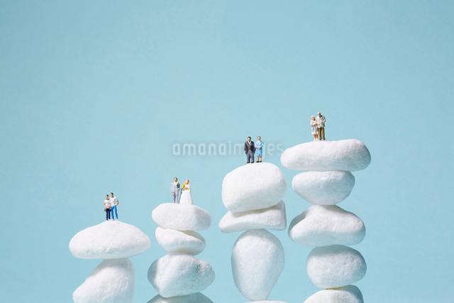 白い石の上の家族の写真素材 [FYI01462745]
