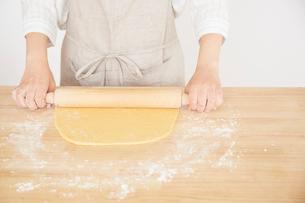 麺棒で生地を伸ばす女性の写真素材 [FYI01462754]