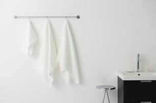 タオルバーにかけられた白い複数のタオルの写真素材 [FYI01462762]