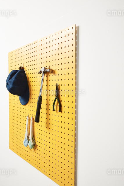 壁にかかった工具の写真素材 [FYI01462782]