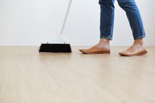 箒で床を掃くの写真素材 [FYI01462783]