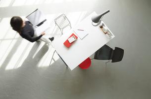 オフィスデスクの俯瞰の写真素材 [FYI01462785]