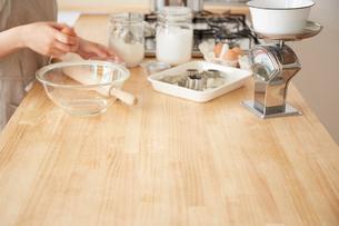 キッチンカウンターで作業をする女性の手元の写真素材 [FYI01462789]