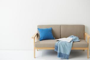 ソファの上にあるブルーのクッションとブランケットの写真素材 [FYI01462793]