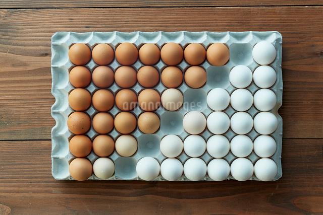卵パックに並べられた2色の卵の写真素材 [FYI01462806]