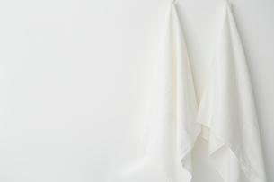 壁にかけられた二枚の白いタオルの写真素材 [FYI01462808]