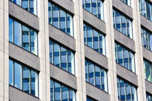 高層ビルの窓の写真素材 [FYI01462826]