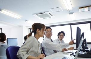 オフィスで働く人たちの様子の写真素材 [FYI01462828]