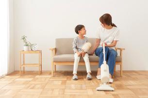 リビングの掃除をする親子の写真素材 [FYI01462837]