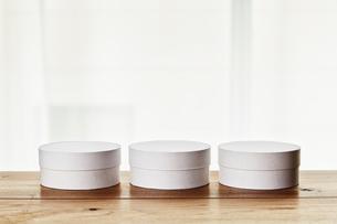テーブル上の白い丸い箱の写真素材 [FYI01462838]