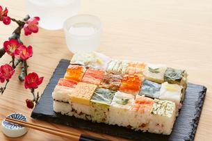 木テーブルの上の箱寿司の写真素材 [FYI01462843]