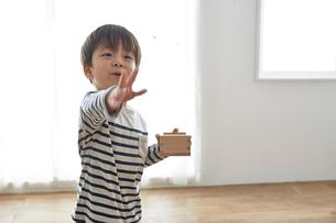 部屋の中で豆まきをする男の子の写真素材 [FYI01462844]