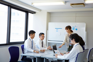 会議の準備をしている社員の様子の写真素材 [FYI01462851]