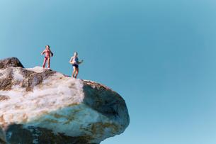 岩山でランニングする男性の写真素材 [FYI01462856]