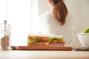 サンドイッチ側面と女性の後ろ姿の写真素材 [FYI01462882]