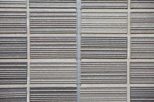 グレーのボーダー柄のタイルの壁の写真素材 [FYI01462897]