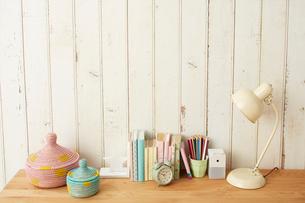 板壁の前に置かれたテーブルとその上にある学童用品の写真素材 [FYI01462914]