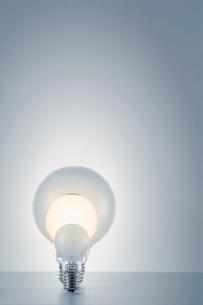 白い背景と光る電球の写真素材 [FYI01462917]