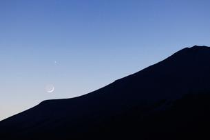 薄暮の頃の富士山と月と金星の写真素材 [FYI01462960]
