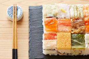 木テーブルの上の箱寿司の写真素材 [FYI01462981]