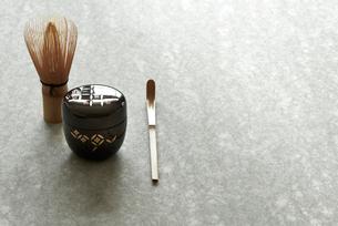 石板の上のお茶の道具の写真素材 [FYI01463133]