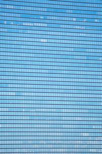 青空が映った高層ビルの窓の写真素材 [FYI01463209]