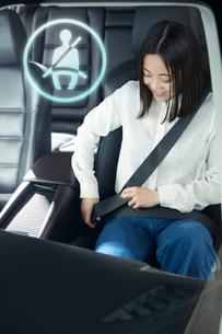 シートベルトを締める女性の写真素材 [FYI01463212]