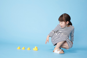 アヒルの人形で遊ぶ女の子の写真素材 [FYI01463214]