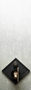 石板の上のお茶の道具の写真素材 [FYI01463225]