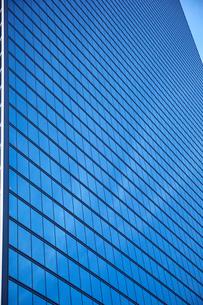 高層ビルの窓の写真素材 [FYI01463262]