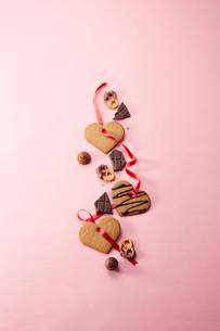 ピンクの背景に並んだクッキーとチョコレートの写真素材 [FYI01463270]