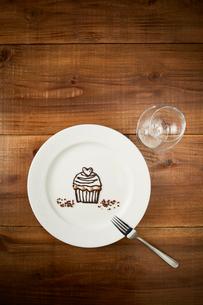 チョコでカップケーキが書かれた白いプレートのイラスト素材 [FYI01463283]