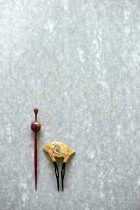 石板の上のかんざしの写真素材 [FYI01463289]