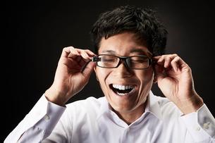 スマートグラスをかけている男性の写真素材 [FYI01463299]