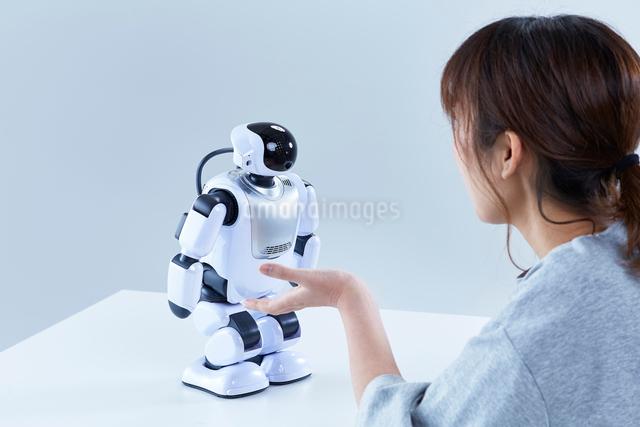 ミニロボットとおしゃべりする女性の写真素材 [FYI01463326]